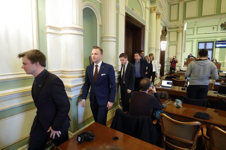 Radni Koalicji Obywatelskiej, na znak protestu, wyszli w trakcie oświadczenia klubowego przewodniczącego klubu Prawa i Sprawiedliwości