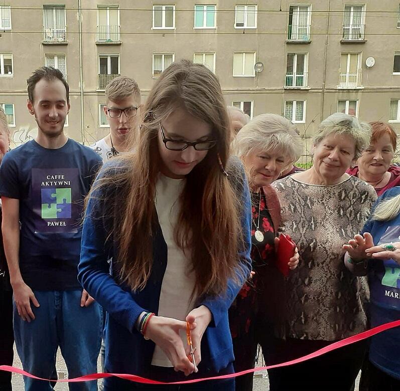 Uroczystego przecięcia wstęgi dokonała Kasia (córka Jolanty Rychlik), która bierze udział w warsztatach kulinarnych z seniorkami mentorkami