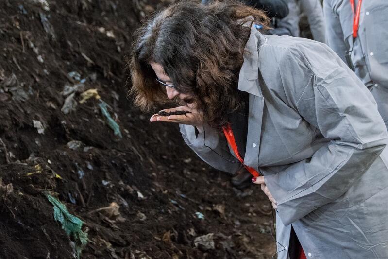 Bezwonność gotowego już prawie kompostu sprawdza prezydent Gdańska Aleksandra Dulkiewicz. Widać w nim jeszcze resztki siateczek, w których trafił na wysypisko, wkrótce zostaną odsiane