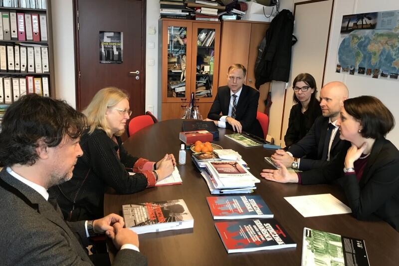 Polska delegacja (po prawej) w rozmowie z kierownictwem UNESCO World Heritage Centre w Paryżu