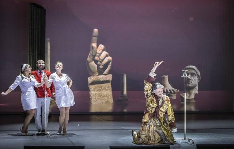 Don Bucefalo Antonio Cagnoniego (1828 - 1896) w Operze Bałtyckiej. Premiera 31 stycznia 2020 roku. Na zdj.: Gabriela Gołaszewska (Agata), Aleksander Kunach (Count Belprato), Joanna Moskowicz (Rosa) i Artur Janda (Don Bucefalo)