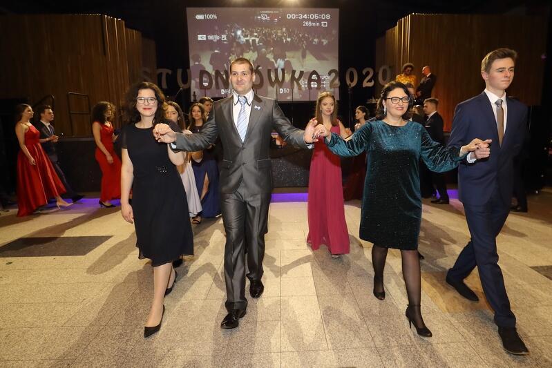 W pierwszej parze poloneza rozpoczynającego studniówki zawsze idzie prezydent Gdańska. W tym roku po raz pierwszy tanczyła Aleksandra Dulkieiwcz, prezydent Gdańska.