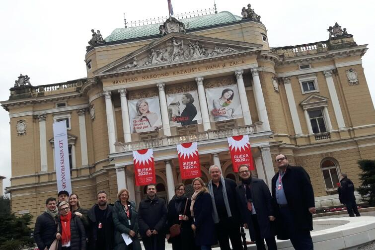 Teatr Narodowy w Rijece, w którym odbyła się inauguracja. Nad wejściem widoczne są flagi z logiem Europejskiej Stolicy Kultury 2020. Osoby widoczne na zdjęciu to przedstawiciele miast chorwackich i europejskich, zaproszeni przez władze Rijeki