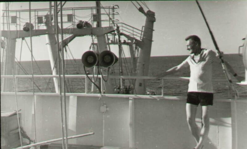 Podczas II Wojny Światowej z konieczności - a potem pewnie także z zamiłowania - podróżnik po Francji, Norwegii, Wielkiej Brytanii, Włoszech. A w czasach pokoju - co pewien czas odwiedzający jako załogant kilku polskich jednostek oceanicznych - morza i oceany na kilku kontynentach świata