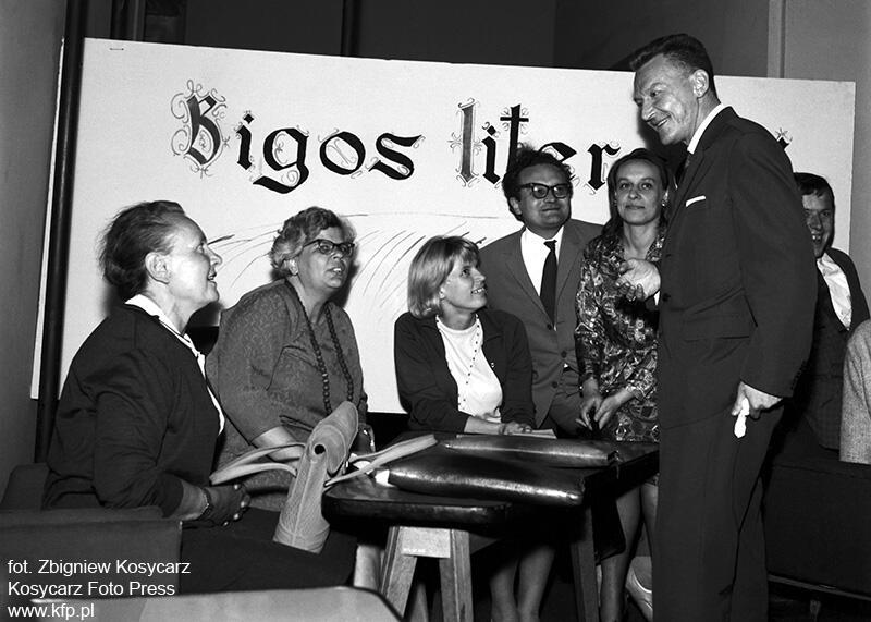 Bigos Party w klubie studenckim Zak w Gdansku 30 czerwca 1965 r. Na zdjęciu od lewej Irena Przewłocka, Maria Kowalewska, Maja Fac, Franciszek Fenikowski, Teresa Sierand i Lech Bądkowski