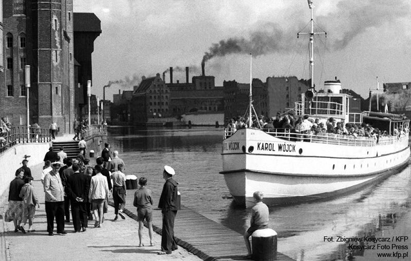"""[…] tamto terytorium życia Bądkowskiego, alezarazem terytorium mojego własnego dzieciństwa […] mój ulubiony, parowy statek Białej Floty """"Karol Wójcik"""" […] potwornie dymiąca""""Ołowianka"""" na którą z okien własnej pracowni miał Bądkowski widok na miasto […]"""