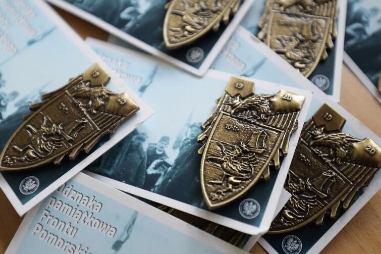 Pamiątkowa odznaka Frontu Pomorskiego, którą można otrzymać od IPN, podobnie jak jubileuszowe wydawnictwa
