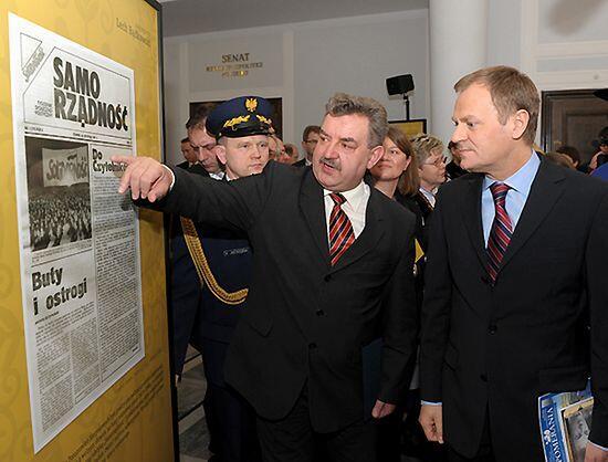 18 luty 2009, Sejm RP. Ówczesny Premier RP Donald Tusk i Senator RP Kazimierz Kleina podczas otwarcia wystawy Autorytety: Lech Bądkowski