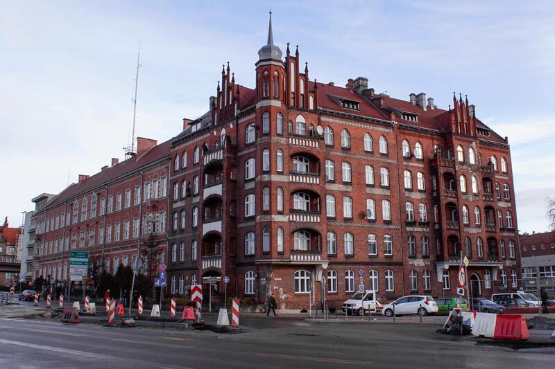 Skrzyżowanie ul. Okopowej z ul. Świętej Trójcy przy budynku Komendy Wojewódzkiej Policji