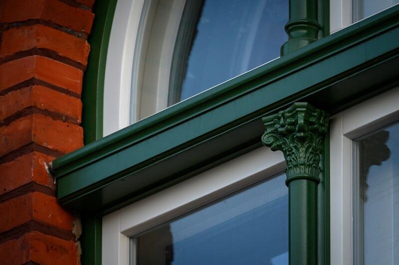 Charakterystyczny zielony akcent na oknach od strony elewacji