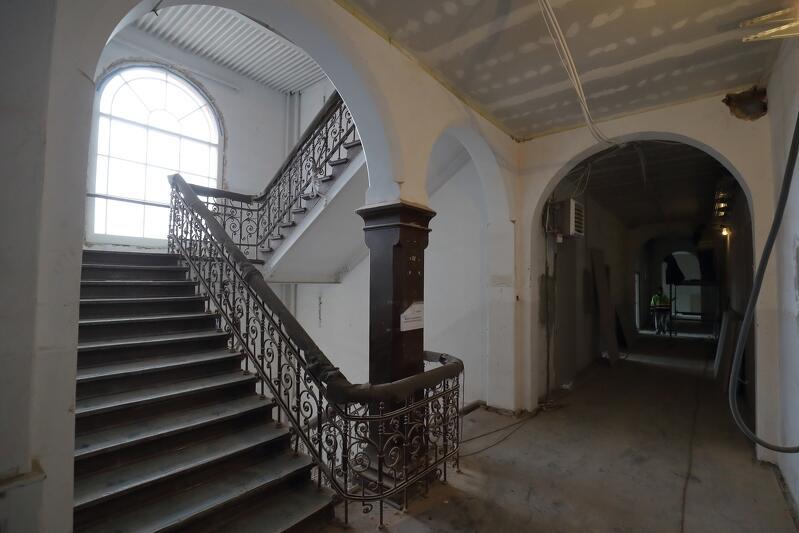 Klatka schodowa w budynku Dyrekcji Stoczni Gdańskiej - balustrady czekają na odnowienie
