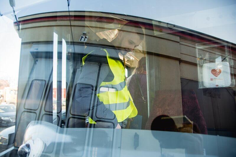 Grzegorz Janik z zainteresowaniem oglądał zwłaszcza kabiny motorniczych...