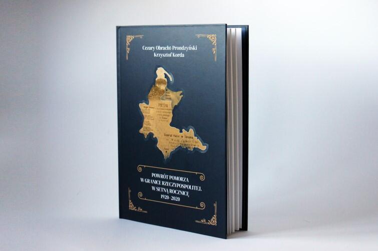 Książkę na 100-lecie wydały wspólnie Wojewódzka i Miejska Biblioteka Publiczna w Gdańsku oraz Instytut Kaszubski: 120 stron bogato ilustrowanego tekstu na papierze wysokiej jakości
