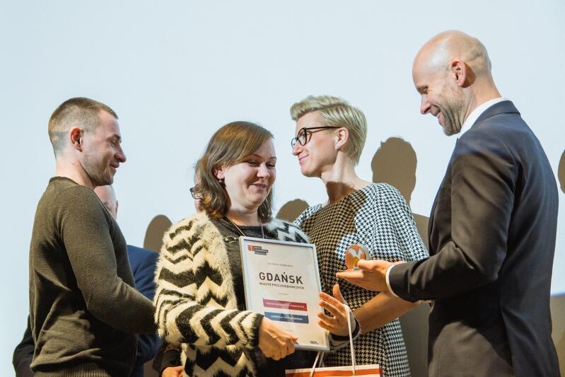 Alan Aleksandrowicz, zastępca prezydenta Gdańska ds. inwestycji, wręcza Liudmyle i Yevhenowi Bohdanom nagrodę w kategorii Przedsiębiorczość Imigrantów