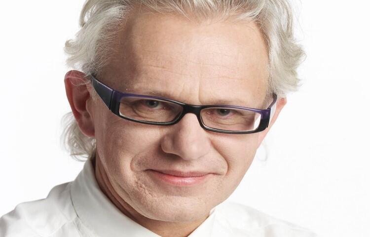 Piotr Sarzyński - dziennikarz i publicysta związany z tygodnikiem Polityka. Specjalizuje się w problematyce sztuki, muzealnictwa, designu oraz architektury i urbanistyki