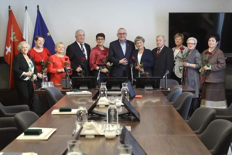 Medale za długoletnie sprawowanie funkcji ławnika sądowego w gdańskich sądach otrzymało z rąk wiceprezydenta Piotra Kowalczuka dziewięcioro ławników