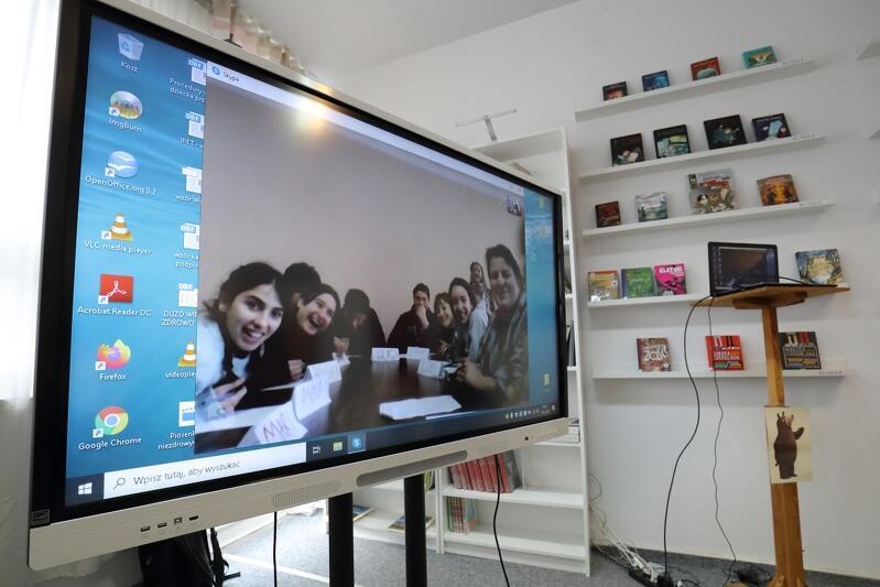 Lekcja odbyła się on-line, z ekranu pozdrawiają uczniowie z Abchaskiej Szkoły Podstawowej nr 5 w Kutaisi, do której uczęszczają dzieci uchodźców z Abchazji