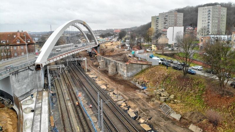Zakończone zostały roboty rozbiórkowe płyty ustroju nośnego starego, żelbetowego wiaduktu.