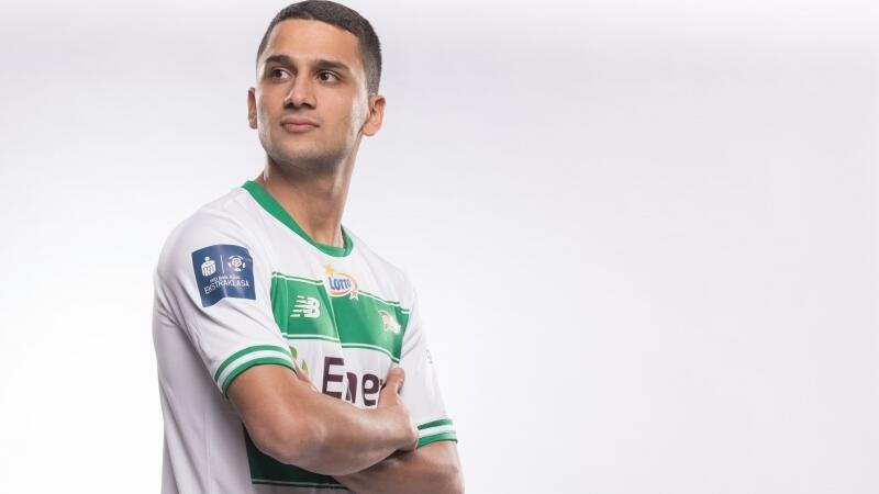 Afgańczyk Omran Haydary w biało-zielonej koszulce