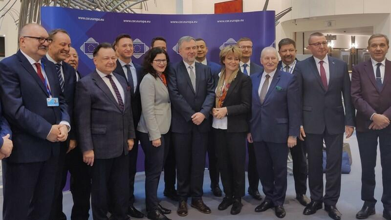 Uczestnicy inauguracyjnej sesji VII kadencji Komitetu Regionów. W środku prezydent Gdańska Aleksandra Dulkiewicz