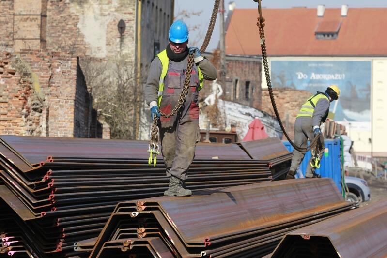 Poszukiwani przez pracodawców są min. pracownicy branży budowlanej - to fach, który daje pewne zatrudnienie. Nz. prace nad umacnianiem nabrzeża Wyspy Spichrzów w roku 2013