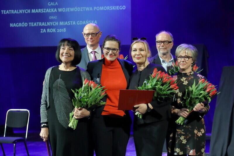 Zdj. z ubiegłorocznej gali z okazji Międzynarodowego Dnia Teatru. Prezydent Aleksandra Dulkiewicz wręczała nagrody laureatom