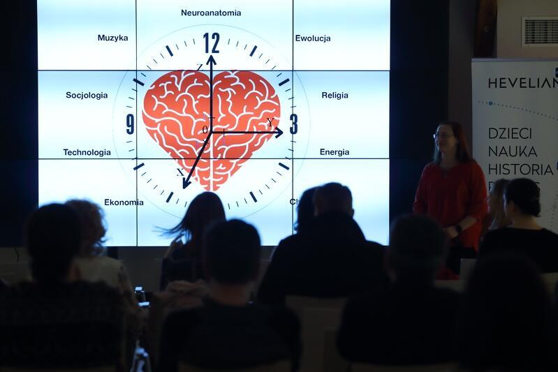 Symbol mózgu w kształcie serca otwierał prezentację dr. Agaty Kołodziejczyk w Hevelianum 12 lutego 2020 r.