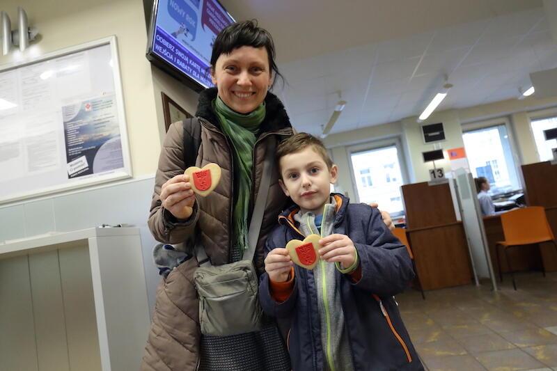 Pani Katarzyna i jej syn Andrzej pojawili się Urzędzie w celu odebrania dowodu osobistego. Walentynkowa niespodzianka miło ich zaskoczyła, a pomysł tak bardzo spodobał się chłopcu, że postanowił wziąć jedno ciasteczko dla swojej koleżanki z przedszkola