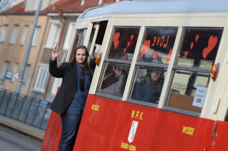 Walentynkowy tramwaj kursuje po Gdańsku z okazji Walentynek. Spotkanie go na trasie Strzyża - Siedlce - Strzyża