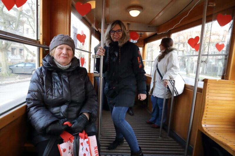 - To bardzo miłe, że się pamięta jeszcze o walentynkach - powiedziała pani Maria, pasażerka z lewej strony zdjęcia