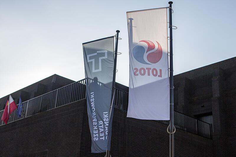 Przed teatralnym gmachem zawieszono obok siebie dwie flagi - GTS i Lotosu, jako głównego sponsora