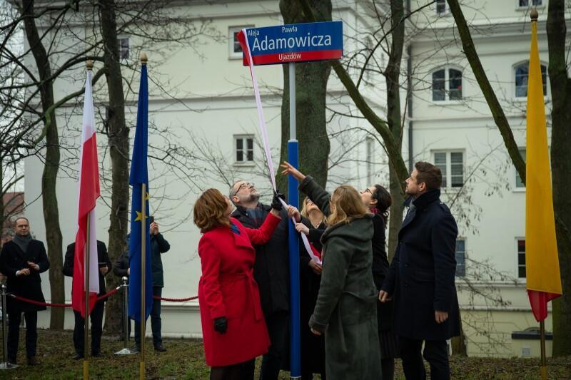 Uroczystość odbyła się w piątek, 14 lutego, w południe. Od tej chwili aleja w warszawskim Parku Tadeusza Mazowieckiego nosi imię Pawła Adamowicza