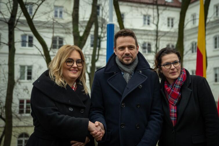 Żona patrona alei, Magdalena Adamowicz, i prezydent Gdańska Aleksandra Dulkiewicz w towarzystwie prezydenta Warszawy Rafała Trzaskowskiego