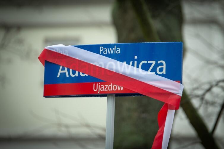 Tablica z nazwiskiem zamordowanego prezydenta Gdańska tuż przed odsłonięciem - owinięta była biało-czerwona szarfą