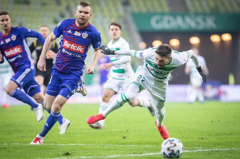 Filip Mladenović w walce o piłkę