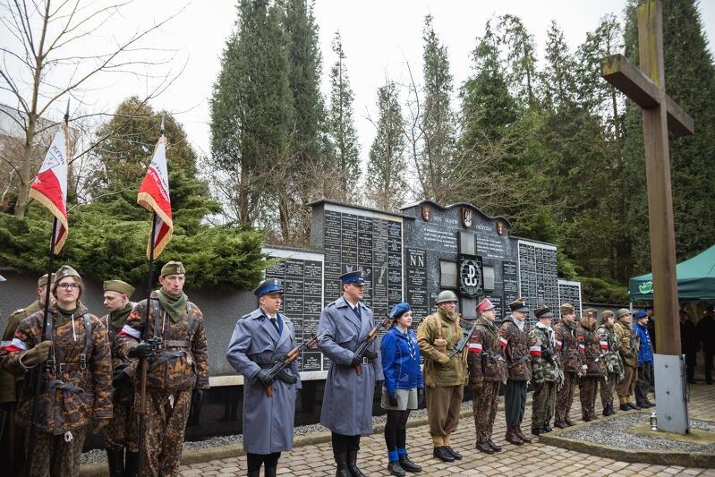 Od pięciu lat rocznicy przeistoczenia się Związku Walki Zbrojnej w Armię Krajową, towarzyszy w Gdańsk symboliczna uroczystość zapalenia światła dla bohaterów na każdej z mogił Kwatery AK na Cmentarzu Łostowickim