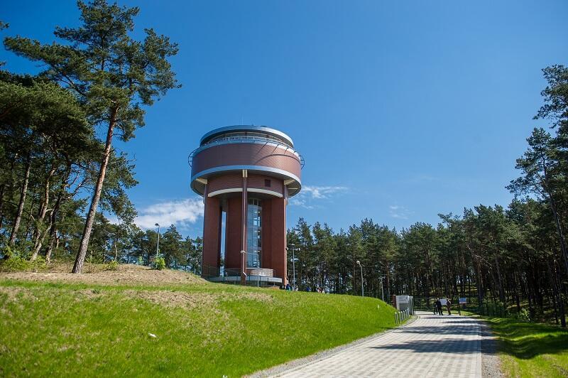 Zbiornik Wody Kazimierz na Wyspie Sobieszewskiej stoi na wyniesieniu wokół nadmorskiego lasu