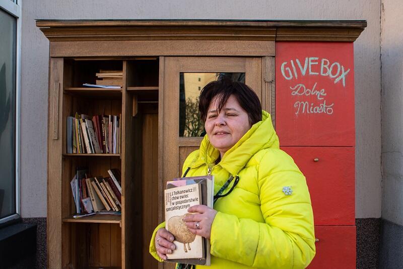 Wioletta Narkowicz z Wyspy Sobieszewskiej kilkakrotnie odwiedzała już givebox - tym razem z naręczem przeczytanych książek