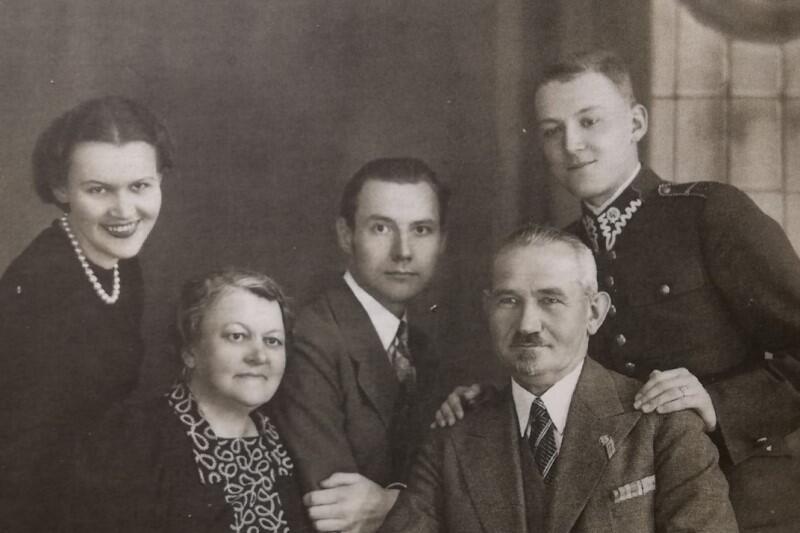 Rodzina Lecha Bądkowskiego - siedzą: matka Zofia i ojciec Kazimierz, stoją od lewej: siostra Aleksandra, brat Tadeusz, Lech; Toruń, maj 1939