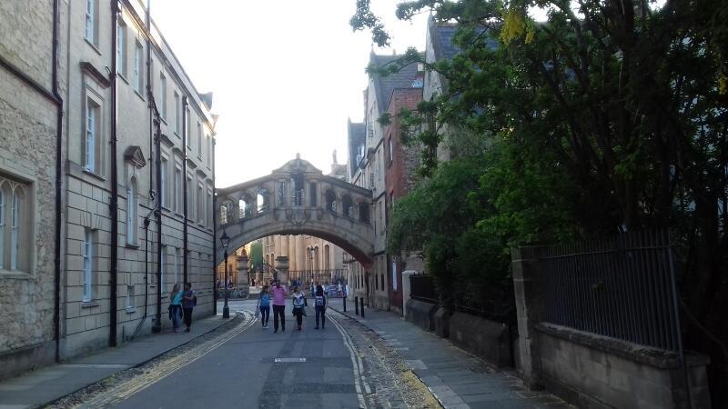 Piękna architektura bez wątpienia sprzyja romansowaniu – zwłaszcza w okolicach Oksfordzkiego Mostu Westchnień