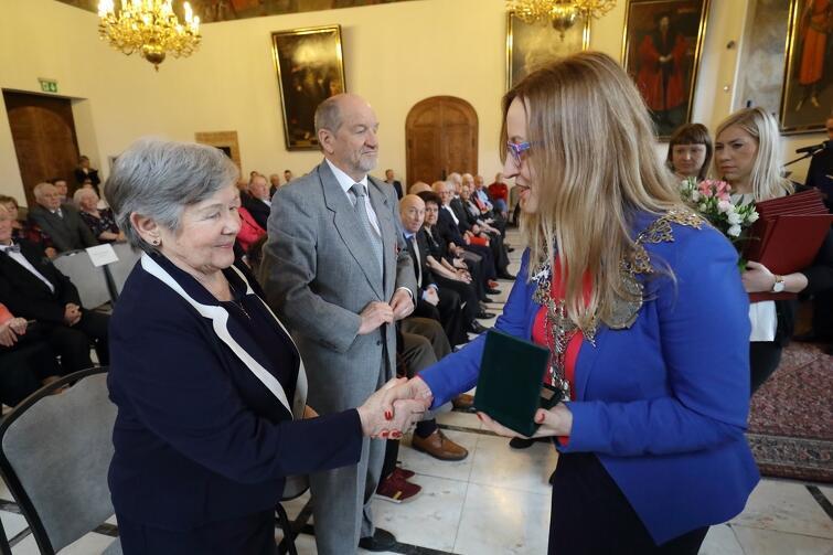 Medale za długoletnie pożycie małżeńskie wręczała gdańskim parom Agnieszka Owczarczak, przewodnicząca Rady Miasta Gdańska wręczy parom