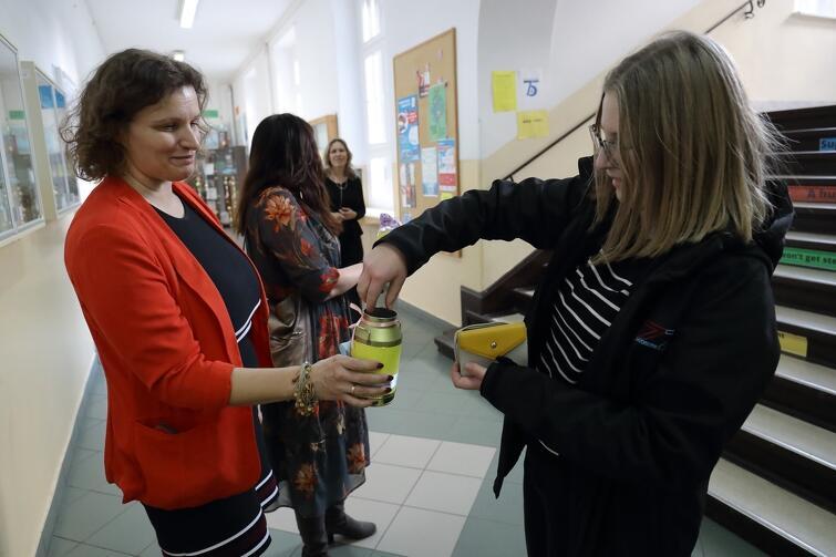 Inauguracja obchodów 75-lecia szkoły była okazją do kwestowania na rzecz chorej córki jednej z absolwentek III LO, Agata Mrozowskiej-Klajnert