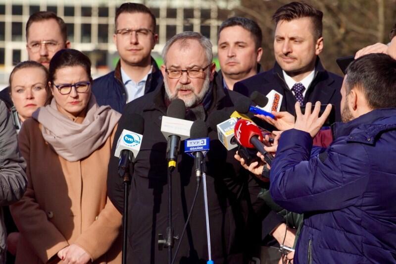 Poseł Piotr Adamowicz i prezydent Gdańska Aleksandra Dulkiewicz podczas konferencji prasowej, dotyczącej działań prokuratury w sprawie zabójstwa prezydenta Pawła adamowicza