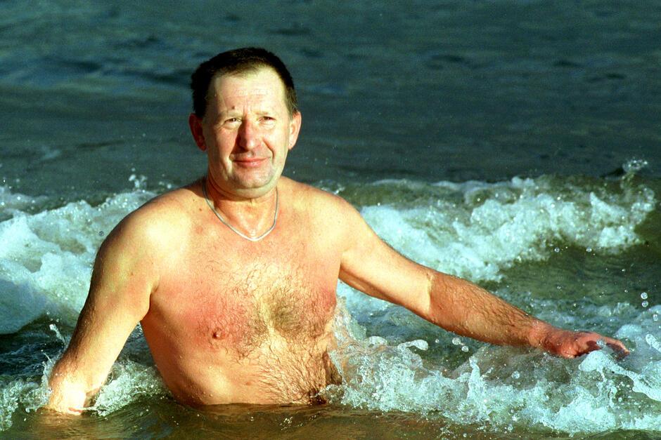 Lech Szymaniuk podczas morskiej kąpieli w Jelitkowie w dniu 25 listopada 2001 roku