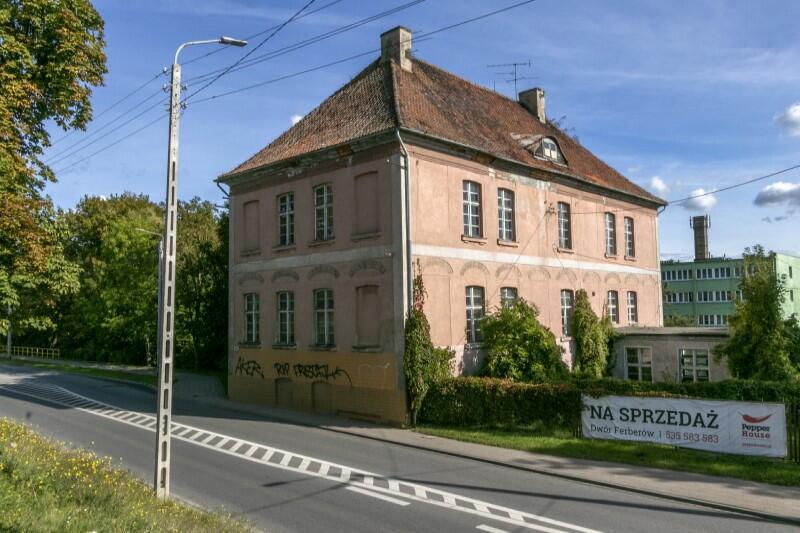Park Ferberów znajduje się przy Trakcie św. Wojciecha, w Lipcach, blisko granicy z Orunią. Miejsce jest charakterystyczne - tuż obok stoi Dwór Ferberów, wybudowany w XVII w. przez Konstantego Ferbera