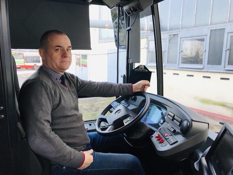 Wiesław Witkowski jest kierowcą z 35-letnim stażem. Mercedes eCitaro jest trzecim autobusem elektrycznym testowanym przez mężczyznę