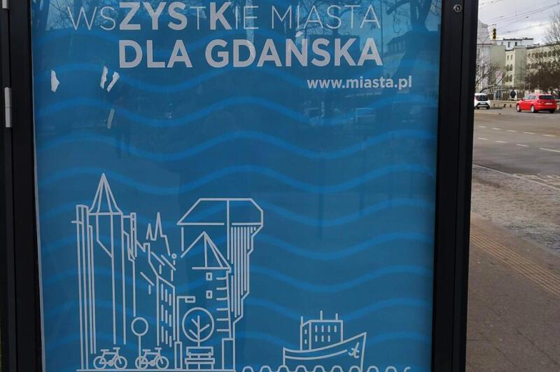 Plakat promujący kampanię na jednej z wiat przystankowych