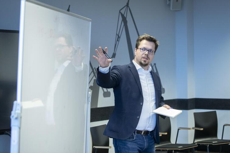 W tym roku obchodzimy 30. rocznicę ustawy o samorządzie -to dobry moment, aby na podstawie doświadczenia samorządności porozmawiać o tym, co jest dla mieszkańców ważne. Zrobiły to ruchy miejskie z całej Polski wspólnie w Gdańsku, w sobotę, 29 lutego, w Europejskim Centrum Solidarności. Nz. Artur Celiński z Kongresu Ruchów Miejskich z Warszawy, moderator spotkania