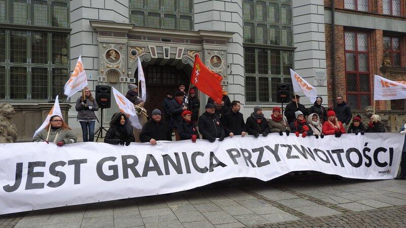 Protestujący przed Dworem Artusa rozwiesili baner o treści: Tu są granice przyzwoitości