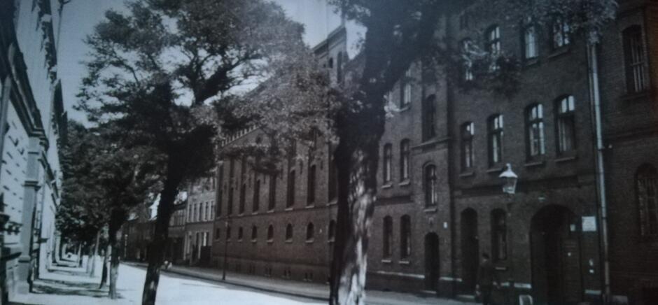 Ulica Kurkowa, widok w stronę skrzyżowania z ulicą 3 Maja, po prawej brama więzienia, lata 30. XX wieku; dziś ten fragment ulicy znajduje się na terenie więzienia